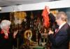 """Oberbürgermeister Christian Ude enthüllt in Anwesenheit von Gisela die """"Schwabinger Laterne"""", ein von der """"Alten Kunstgießerei München"""" geschaffenes Bronze-Kunstwerk."""